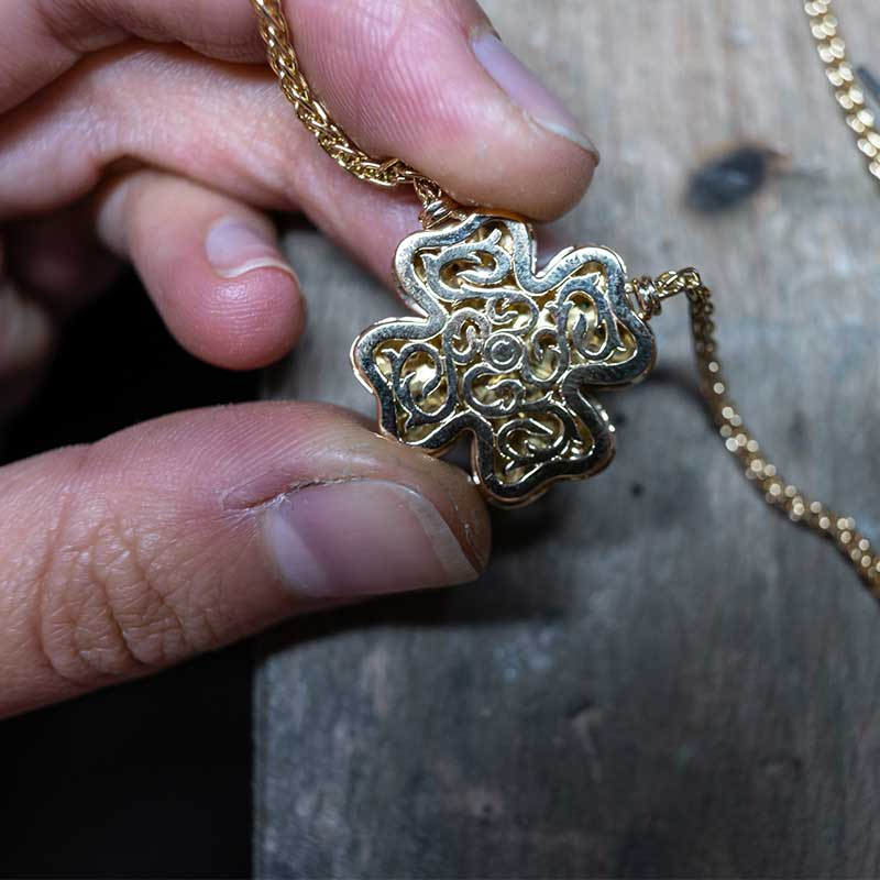 Fabricant collier or bordeaux