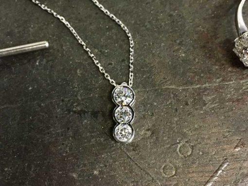 PENDENTIF TRILOGIE Or blanc & Diamants